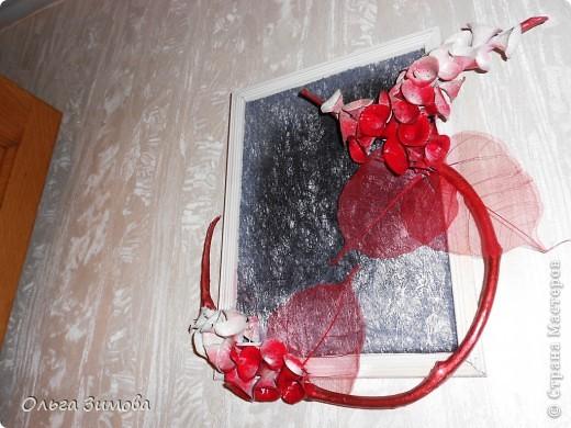 Сделала на кухню небольшое панно вот в таком красно черном цвете.Рамочка и часть кисти цветов белая. Для композиции использовала цветы малюцеллы- прекрасныей материал для творчества. На сухую, крашеную ветку приклеила цветочки-колокольчики малюцеллы. Кто с этим растением не знаком, несколько слов об этом растении. Сухоцвет. Высота растения 40--50см. Весь усыпан маленькими колокольчиками. Не зря его в народе называют ирландские колокола. Цвет колокольчиков зелёный, а когда высыхает становится желтым. Долго хранится.Из него получаются прекрасные скелетированые колокольчики.Один недостаток у растения, неприятный запах. Но для дела всё стерпишь и в сухом виде запах не такой резкий. Растение неприхотливое. Несколько лет назад купила на рынке кустик, теперь весь сад в них. фото 11
