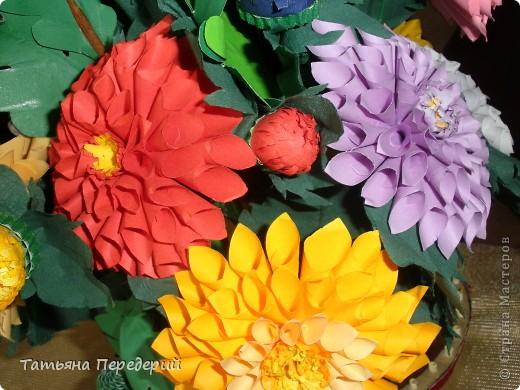 Доброго времени суток, дорогие жители СМ! Продолжаю свою серию цветочных корзинок. Сегодня хочу подарить ВАМ георгины, которые я снова поселила в корзинку от Светланы  http://stranamasterov.ru/node/377437     Георгин - каприз, непостоянство... фото 15