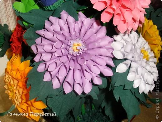 Доброго времени суток, дорогие жители СМ! Продолжаю свою серию цветочных корзинок. Сегодня хочу подарить ВАМ георгины, которые я снова поселила в корзинку от Светланы  http://stranamasterov.ru/node/377437     Георгин - каприз, непостоянство... фото 16