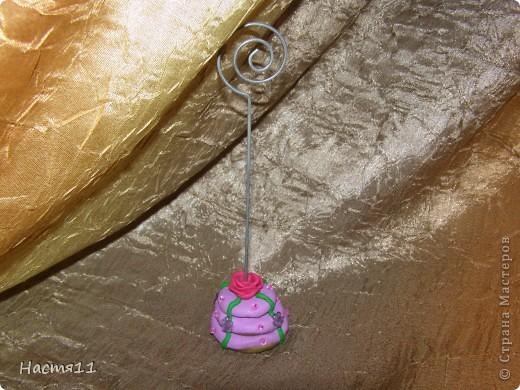 Вот такой держатель для фотографий в виде тортика я сделала тете на День рождения из пластики) фото 1