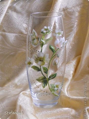 """ваза выполнена в технике """"Sospeso Transparente"""" от Моники Аллегро. веточка морозника. цветы на кустиках этого растения вогнутые, пыталась повторить, хотя на МК делала цветы магнолии выпуклые - старалась их """"вывернуть"""", чтобы показать всю красоту цветка. а вот  морозник - цветочек, который """"прячет"""" свою красоту в серединочке. делать объемными цветочки помогал сын. мне показалось, что у него получилось гораздо лучше, чем у меня!!!  в общем - ура красоте!! немного контурных завитушечек и все - ваза больше украшаться не позволила!!! хи-хи!!! фото 1"""