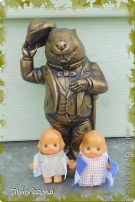 """Всем большой привет! Я и мои дети сейчас гостим <a href=""""http://stranamasterov.ru/user/88251"""">у нашей бабушки</a> в Беларуссии в замечательном городке Бобруйске. Тут нам очень нравится, жаркая погода и тёплая речка, о чём ещё можно мечтать ребятишкам летом? И, конечно же, сейчас мне не до Страны мастеров, почти сюда не захожу, да и не мастерю ничего. Почти :) Мне в личку (да и в комментариях тоже) уже не раз задавался вопрос, что новенького появилось у моих игрушечных пупсиков  и как у них вообще дела :)) Да отлично у них дела! Ведь пупсиков мы взяли с собой в поездку! А вот и они, с символом Бобруйска, с маленькой копией известного памятника - Бобром Самуиловичем. фото 1"""
