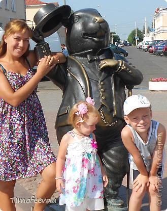 """Всем большой привет! Я и мои дети сейчас гостим <a href=""""http://stranamasterov.ru/user/88251"""">у нашей бабушки</a> в Беларуссии в замечательном городке Бобруйске. Тут нам очень нравится, жаркая погода и тёплая речка, о чём ещё можно мечтать ребятишкам летом? И, конечно же, сейчас мне не до Страны мастеров, почти сюда не захожу, да и не мастерю ничего. Почти :) Мне в личку (да и в комментариях тоже) уже не раз задавался вопрос, что новенького появилось у моих игрушечных пупсиков  и как у них вообще дела :)) Да отлично у них дела! Ведь пупсиков мы взяли с собой в поездку! А вот и они, с символом Бобруйска, с маленькой копией известного памятника - Бобром Самуиловичем. фото 24"""