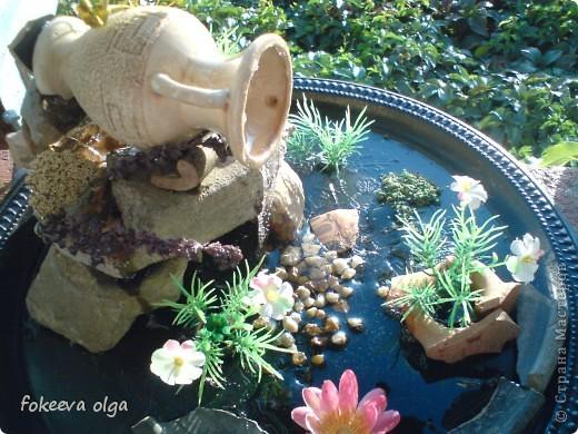 Мой первый опытный фонтанчик. Спасибо Наталке Бурцевой и Ирине Мотылевой за наработки. Красивых камней не было т.к. у нас на пляже только песок. Но я работаю в археологическом заповеднике и фрагментов керамики множество. Поэтому кувшинчик (кстати в греческом стиле) лежит на обломках V - III века до нашей эры.  фото 1