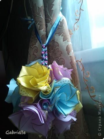 Моя первая кусудамка - Versailles (Burczyk). Решила сделать подруге необычный подарок на день варенья. Как я с ней намучилась! Цветы не хотели сворачиваться вместе, все разлеталось. Но в итоге я победила, хотя результат не высший класс. Вот ссылка на видео: http://www.youtube.com/watch?v=RmNeREucbIg