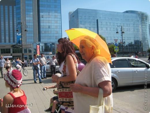 426-й день рождения у города Тюмени.  Перед парадом я прогулялась среди готовящихся к нему. Такие фото я люблю больше, когда люди ведут себя непринуждённо и расслабленно. Да и поснимать можно поближе. До чего же хороши девочки! фото 29