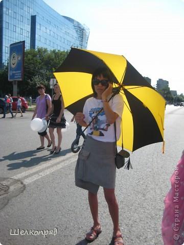 426-й день рождения у города Тюмени.  Перед парадом я прогулялась среди готовящихся к нему. Такие фото я люблю больше, когда люди ведут себя непринуждённо и расслабленно. Да и поснимать можно поближе. До чего же хороши девочки! фото 28