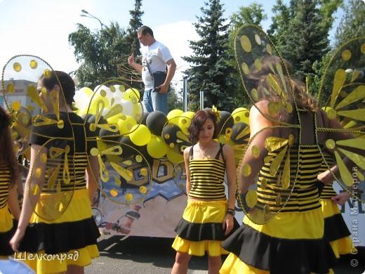 426-й день рождения у города Тюмени.  Перед парадом я прогулялась среди готовящихся к нему. Такие фото я люблю больше, когда люди ведут себя непринуждённо и расслабленно. Да и поснимать можно поближе. До чего же хороши девочки! фото 26