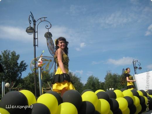 426-й день рождения у города Тюмени.  Перед парадом я прогулялась среди готовящихся к нему. Такие фото я люблю больше, когда люди ведут себя непринуждённо и расслабленно. Да и поснимать можно поближе. До чего же хороши девочки! фото 27
