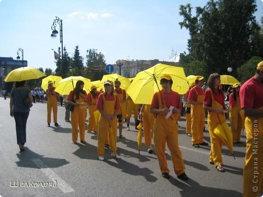 426-й день рождения у города Тюмени.  Перед парадом я прогулялась среди готовящихся к нему. Такие фото я люблю больше, когда люди ведут себя непринуждённо и расслабленно. Да и поснимать можно поближе. До чего же хороши девочки! фото 30