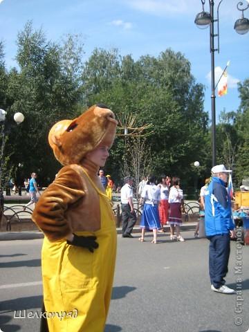 426-й день рождения у города Тюмени.  Перед парадом я прогулялась среди готовящихся к нему. Такие фото я люблю больше, когда люди ведут себя непринуждённо и расслабленно. Да и поснимать можно поближе. До чего же хороши девочки! фото 33
