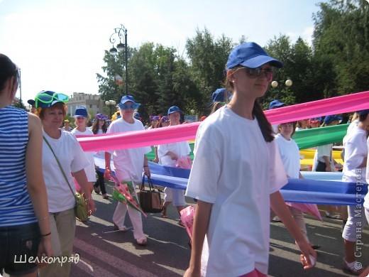 426-й день рождения у города Тюмени.  Перед парадом я прогулялась среди готовящихся к нему. Такие фото я люблю больше, когда люди ведут себя непринуждённо и расслабленно. Да и поснимать можно поближе. До чего же хороши девочки! фото 49