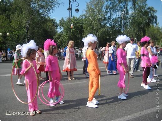 426-й день рождения у города Тюмени.  Перед парадом я прогулялась среди готовящихся к нему. Такие фото я люблю больше, когда люди ведут себя непринуждённо и расслабленно. Да и поснимать можно поближе. До чего же хороши девочки! фото 45