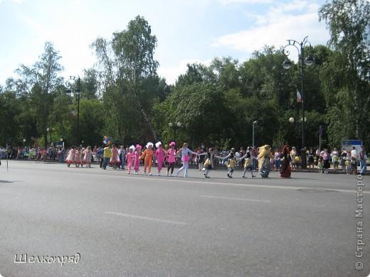 426-й день рождения у города Тюмени.  Перед парадом я прогулялась среди готовящихся к нему. Такие фото я люблю больше, когда люди ведут себя непринуждённо и расслабленно. Да и поснимать можно поближе. До чего же хороши девочки! фото 47