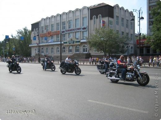 426-й день рождения у города Тюмени.  Перед парадом я прогулялась среди готовящихся к нему. Такие фото я люблю больше, когда люди ведут себя непринуждённо и расслабленно. Да и поснимать можно поближе. До чего же хороши девочки! фото 50