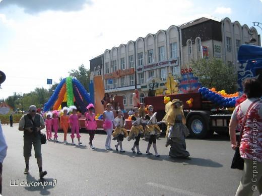 426-й день рождения у города Тюмени.  Перед парадом я прогулялась среди готовящихся к нему. Такие фото я люблю больше, когда люди ведут себя непринуждённо и расслабленно. Да и поснимать можно поближе. До чего же хороши девочки! фото 51