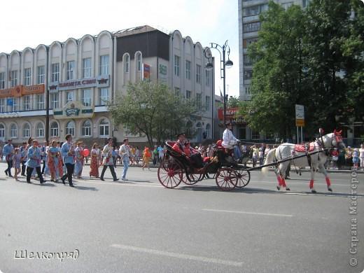 426-й день рождения у города Тюмени.  Перед парадом я прогулялась среди готовящихся к нему. Такие фото я люблю больше, когда люди ведут себя непринуждённо и расслабленно. Да и поснимать можно поближе. До чего же хороши девочки! фото 52