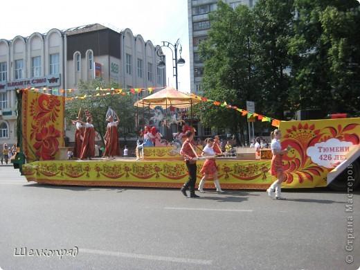 426-й день рождения у города Тюмени.  Перед парадом я прогулялась среди готовящихся к нему. Такие фото я люблю больше, когда люди ведут себя непринуждённо и расслабленно. Да и поснимать можно поближе. До чего же хороши девочки! фото 53