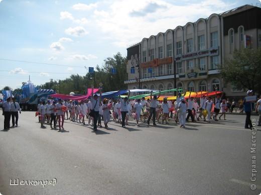426-й день рождения у города Тюмени.  Перед парадом я прогулялась среди готовящихся к нему. Такие фото я люблю больше, когда люди ведут себя непринуждённо и расслабленно. Да и поснимать можно поближе. До чего же хороши девочки! фото 55