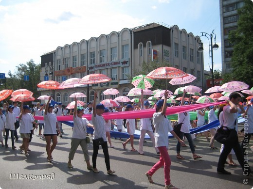 426-й день рождения у города Тюмени.  Перед парадом я прогулялась среди готовящихся к нему. Такие фото я люблю больше, когда люди ведут себя непринуждённо и расслабленно. Да и поснимать можно поближе. До чего же хороши девочки! фото 56