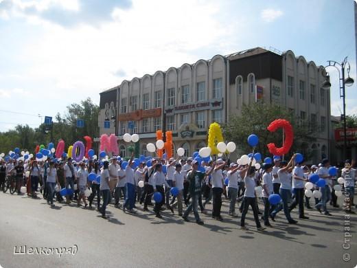 426-й день рождения у города Тюмени.  Перед парадом я прогулялась среди готовящихся к нему. Такие фото я люблю больше, когда люди ведут себя непринуждённо и расслабленно. Да и поснимать можно поближе. До чего же хороши девочки! фото 60