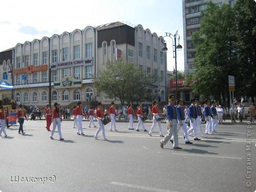 426-й день рождения у города Тюмени.  Перед парадом я прогулялась среди готовящихся к нему. Такие фото я люблю больше, когда люди ведут себя непринуждённо и расслабленно. Да и поснимать можно поближе. До чего же хороши девочки! фото 63