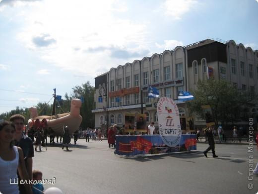 426-й день рождения у города Тюмени.  Перед парадом я прогулялась среди готовящихся к нему. Такие фото я люблю больше, когда люди ведут себя непринуждённо и расслабленно. Да и поснимать можно поближе. До чего же хороши девочки! фото 64