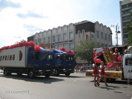 426-й день рождения у города Тюмени.  Перед парадом я прогулялась среди готовящихся к нему. Такие фото я люблю больше, когда люди ведут себя непринуждённо и расслабленно. Да и поснимать можно поближе. До чего же хороши девочки! фото 69