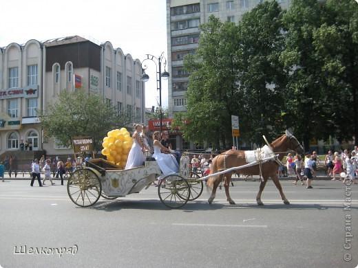 426-й день рождения у города Тюмени.  Перед парадом я прогулялась среди готовящихся к нему. Такие фото я люблю больше, когда люди ведут себя непринуждённо и расслабленно. Да и поснимать можно поближе. До чего же хороши девочки! фото 71