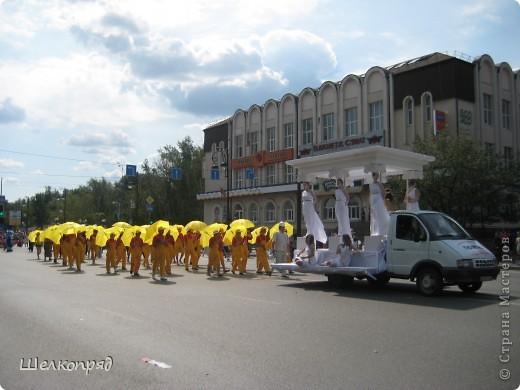 426-й день рождения у города Тюмени.  Перед парадом я прогулялась среди готовящихся к нему. Такие фото я люблю больше, когда люди ведут себя непринуждённо и расслабленно. Да и поснимать можно поближе. До чего же хороши девочки! фото 72