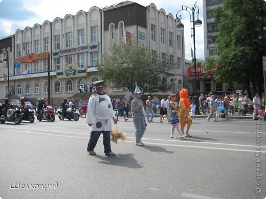 426-й день рождения у города Тюмени.  Перед парадом я прогулялась среди готовящихся к нему. Такие фото я люблю больше, когда люди ведут себя непринуждённо и расслабленно. Да и поснимать можно поближе. До чего же хороши девочки! фото 75