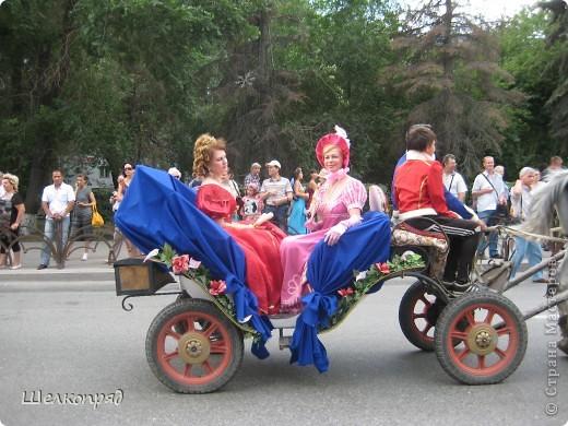 426-й день рождения у города Тюмени.  Перед парадом я прогулялась среди готовящихся к нему. Такие фото я люблю больше, когда люди ведут себя непринуждённо и расслабленно. Да и поснимать можно поближе. До чего же хороши девочки! фото 79