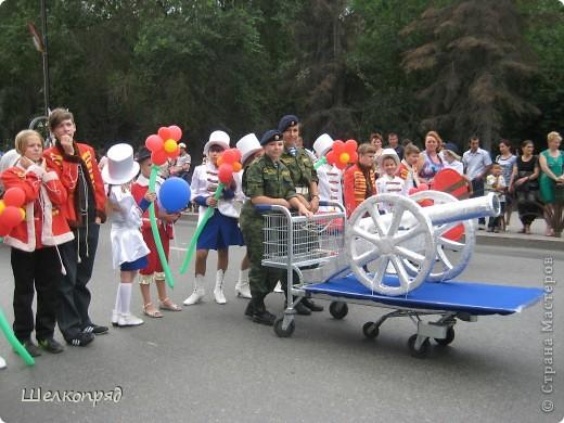 426-й день рождения у города Тюмени.  Перед парадом я прогулялась среди готовящихся к нему. Такие фото я люблю больше, когда люди ведут себя непринуждённо и расслабленно. Да и поснимать можно поближе. До чего же хороши девочки! фото 80