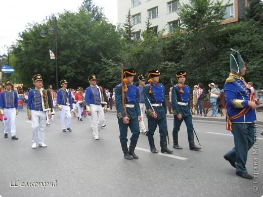 426-й день рождения у города Тюмени.  Перед парадом я прогулялась среди готовящихся к нему. Такие фото я люблю больше, когда люди ведут себя непринуждённо и расслабленно. Да и поснимать можно поближе. До чего же хороши девочки! фото 5