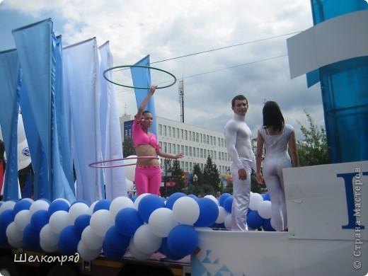 426-й день рождения у города Тюмени.  Перед парадом я прогулялась среди готовящихся к нему. Такие фото я люблю больше, когда люди ведут себя непринуждённо и расслабленно. Да и поснимать можно поближе. До чего же хороши девочки! фото 4