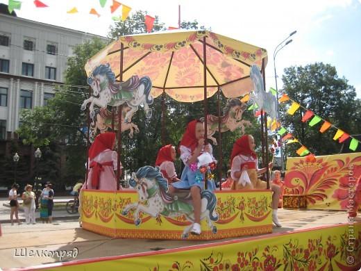 426-й день рождения у города Тюмени.  Перед парадом я прогулялась среди готовящихся к нему. Такие фото я люблю больше, когда люди ведут себя непринуждённо и расслабленно. Да и поснимать можно поближе. До чего же хороши девочки! фото 8