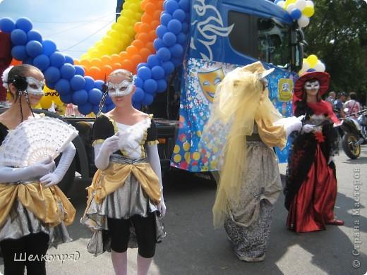 426-й день рождения у города Тюмени.  Перед парадом я прогулялась среди готовящихся к нему. Такие фото я люблю больше, когда люди ведут себя непринуждённо и расслабленно. Да и поснимать можно поближе. До чего же хороши девочки! фото 13