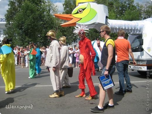 426-й день рождения у города Тюмени.  Перед парадом я прогулялась среди готовящихся к нему. Такие фото я люблю больше, когда люди ведут себя непринуждённо и расслабленно. Да и поснимать можно поближе. До чего же хороши девочки! фото 15