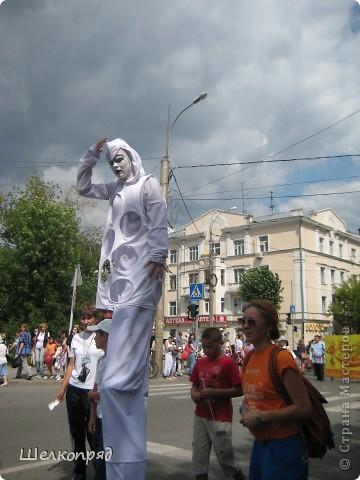 426-й день рождения у города Тюмени.  Перед парадом я прогулялась среди готовящихся к нему. Такие фото я люблю больше, когда люди ведут себя непринуждённо и расслабленно. Да и поснимать можно поближе. До чего же хороши девочки! фото 19