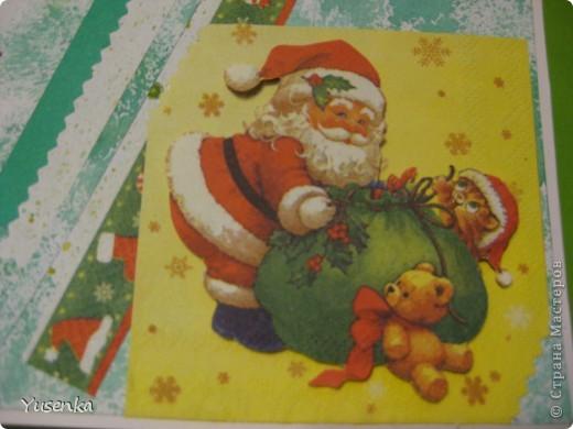 Я понимаю, что Новый год еще не скоро. Но к такому празднику лучше подготовиться заранее))) Из двух салфеток и бумаги, задекорированной акварельными красками, у меня получилась вот такая открыточка. фото 2