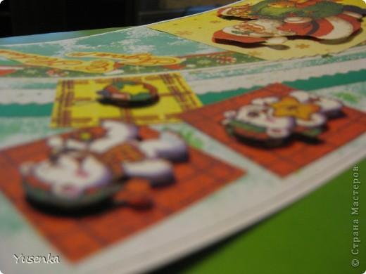 Я понимаю, что Новый год еще не скоро. Но к такому празднику лучше подготовиться заранее))) Из двух салфеток и бумаги, задекорированной акварельными красками, у меня получилась вот такая открыточка. фото 4