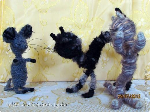 Как назвать котенка? Тигром иль Мышонком? Пупсом или Маем? Или Дзинь Ли-дзянь? Спрашивала кукол,— Говорят: «Не знаем!» Спрашивала дядю,— Говорит: «Отстань!»  Целый день брожу я, Целый день шепчу я: Гришей или Мишей? Криксой иль Жучком? А ему всё шутки: Слезет с писком с крыши И бежит, как шарик, К блюдцу с молоком. Погоди, плутишка, Развернем-ка книжку,— Что нам попадется, Так и назовем... Имя по капризу! Третья строчка снизу — Раз-два-три-четыре,— Что-то мы найдем? Ха-ха-ха, коташка, Рыжая мордашка,— Будешь называться Ты По-но-ма-рем!  Саша Чёрный   фото 20