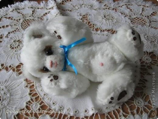 Дорогие друзья, приглашаю всех вас взглянуть на накопившуюся у меня мелочь! Итак- медвежонок новорожденный( белый), мех искусственный, глазки - пуговицы, набивка - холоффайбер, рост - 18 см. фото 1