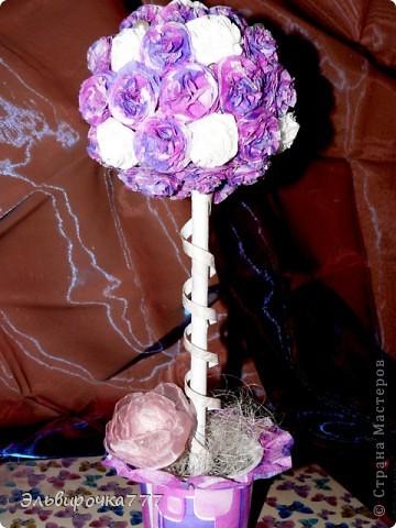 Это мой второй топиарий!Первое дерево - апельсиновое http://stranamasterov.ru/node/393765 Очень понравилось делать розочки из салфеток. На подходе еще несколько деревьев счастья! фото 4