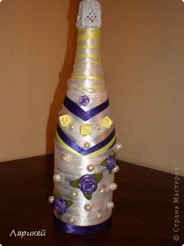 А это моя вторая бутылочка на свадьбу.В этом варианте я использовала атласные ленты.Сделала из лент несколько розочек и добавила три розы из пластики от предыдущей работы.Вроде получилось неплохо.Рада всем кто зашел и оценил мои старания)))