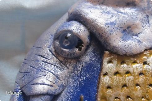 Очень мне нравятся работы Светланы Иванцовой http://stranamasterov.ru/user/65357. Вот вдохновилась ее слонами и решила сповторюшничать. Лепила слона из темно-синего теста, подкрашенного гуашью, для создание формы в качестве основы положила одноразовую тарелку (2 для прочности), после того, как тесто просохло, залила гипсом.   фото 2