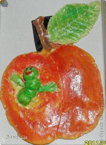 Это яблоко сын слепил на школьный конкурс поделок 1,5 года назад (в 7 лет). Его впечатлила гусеница))) Спасибо Архиповой Марине!