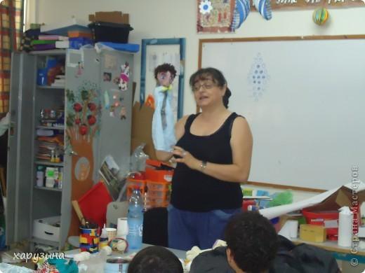 Пятиклассник Маор демонстрирует изготовленную им птицу-марионетку. фото 3