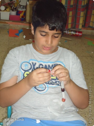 Пятиклассник Маор демонстрирует изготовленную им птицу-марионетку. фото 14