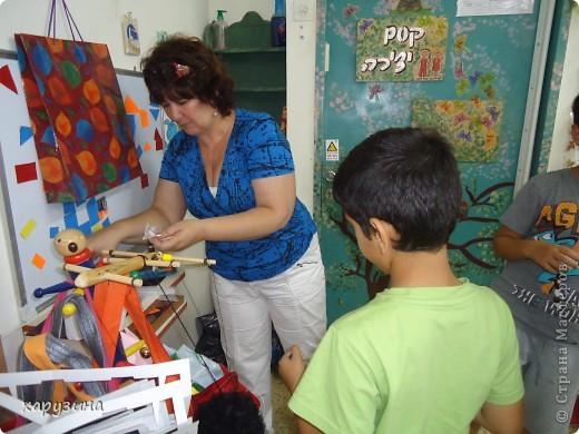 Пятиклассник Маор демонстрирует изготовленную им птицу-марионетку. фото 16
